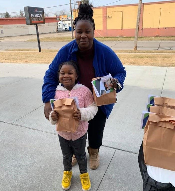 Burns student and parent pick up lunch