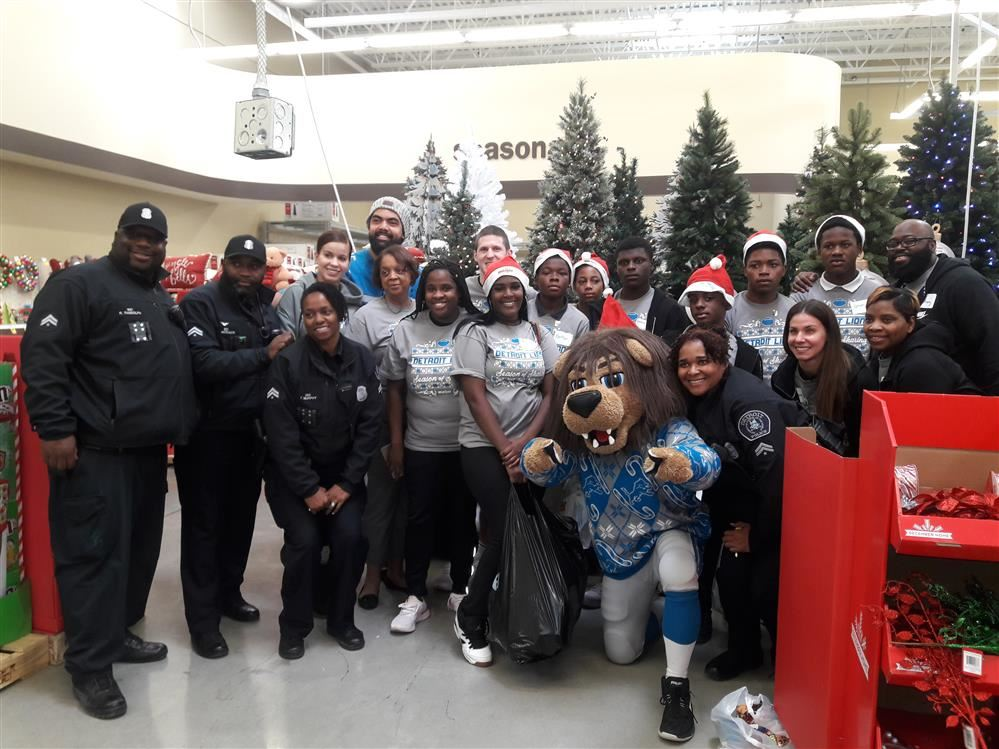 Detrroit Lions Academy students, staff, Detroit Police Officers, and Detroit Lions Organization